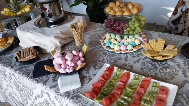 mesa con fruta y reposteria preparada