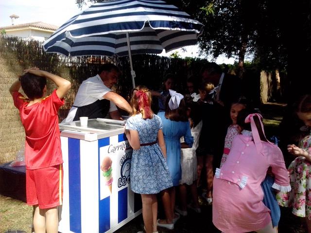 carrito de helados con personal