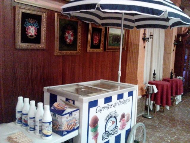 carro de helados con siropes y nata